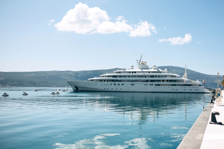 The ship or yacht is moored at the shore and awaits navigation. Summer sea vacation or cruise. Standard-Bild - 121884814