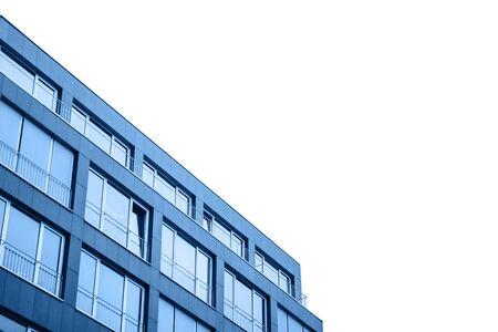 Un edificio residencial en color azul clásico de moda con cielo recortado con fondo blanco aislado.