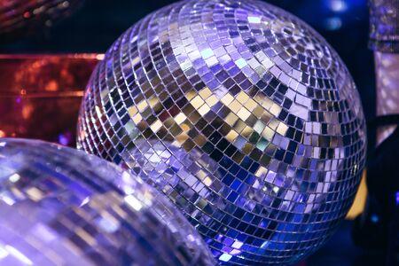 Gespiegelte leuchtende Discokugel. Retro Disco oder Dekoration Standard-Bild