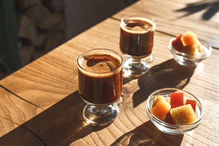 Coffee and sweets on a wooden table in a rustic style. Standard-Bild