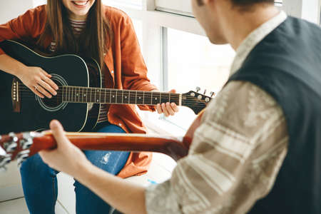 Learning to play the guitar Standard-Bild