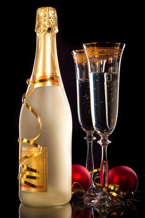 new year eve confetti: Glasses of champagne with bottle