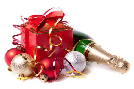 Caja de regalo rojo con arco y botella de champagne  Foto de archivo
