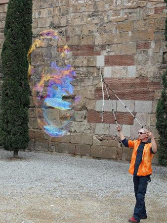 Barcelona, ??abril de 2012, artista bolha rua em frente � muralha romana