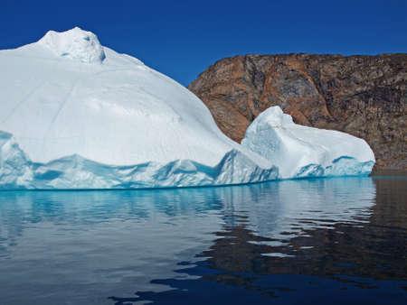 Fundamentada pouco bergy na costa norte de Ilulissat Greenland Banco de Imagens
