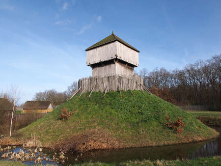 anjou: Saint Sylvain d Anjou motte y bailey reconstruido siglo 10 mantener
