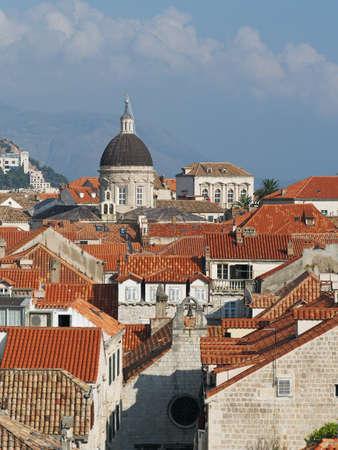 Catedral na cidade hist�rica de Dubrovnik entre telhado telhado, Cro�cia