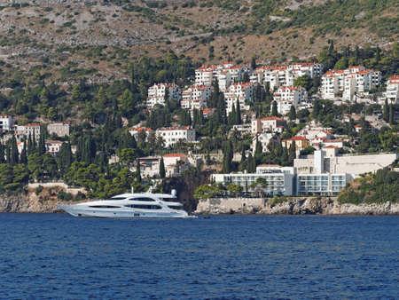 Sul de Dubrovnik, Crotia, iate com litoral no fundo