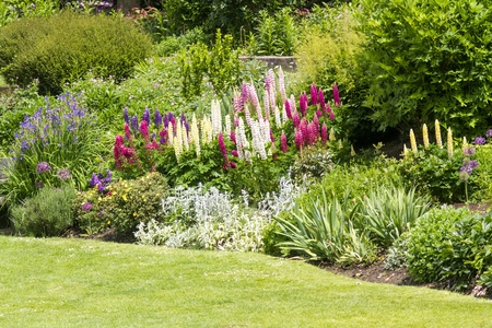 shrubs: Idylic pretty english country estate garden in full bloom Stock Photo