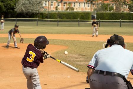 guante de beisbol: Niños jugando béisbol en la liga juvenil