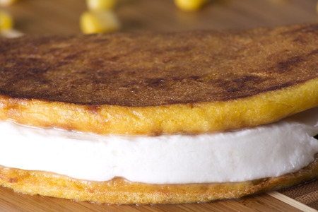 corn tortillas: Tortilla de ma�z con queso blanco comida t�pica venezolana. Foto de archivo