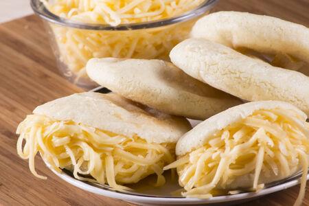 comida colombiana: Comida venezolano o colombiano t�pico, con arepas, queso Foto de archivo