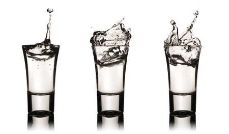 水しぶきで 3 つのウォッカ グラス、クリッピングパスが含まれて