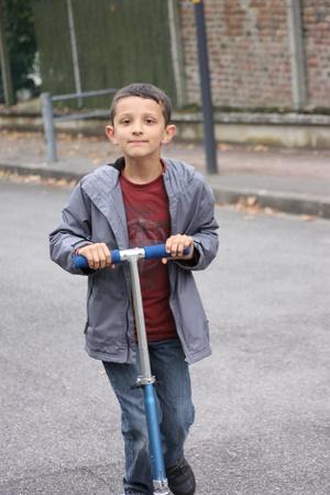 garçon avec scooter