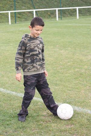 niño jugando al fútbol photo