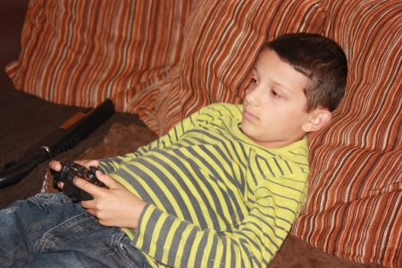 niño con joystick photo