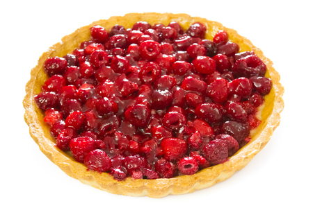 whole raspberry tart isolated on white Zdjęcie Seryjne - 106696515