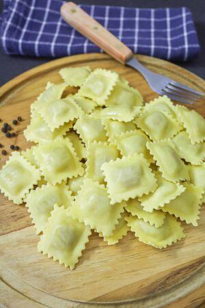 raw fresh ravioli on a cutting board Banque d'images