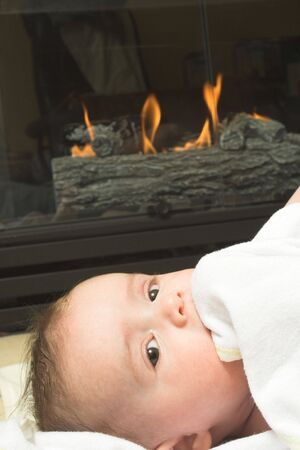 baby and fireplace Imagens