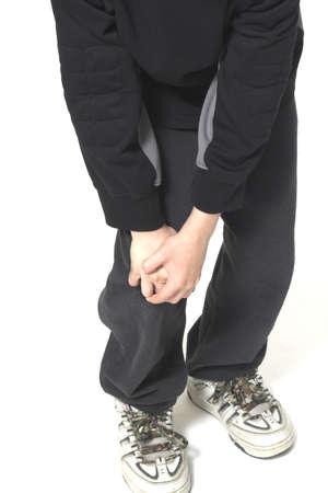 彼の膝を持つ男の子