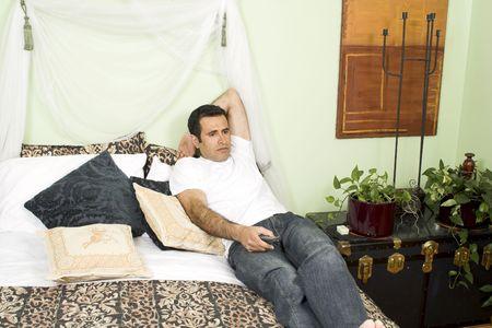 ベッドでテレビを見て男