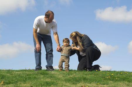 푸른 하늘 위에 필드에 산책하는 가족 스톡 콘텐츠 - 554104