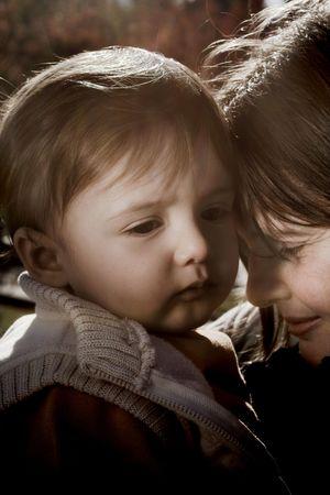moeder en zoon met droevige uitdrukking