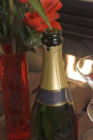 Fles champagne met rode rozen op tafel Stockfoto - 743650