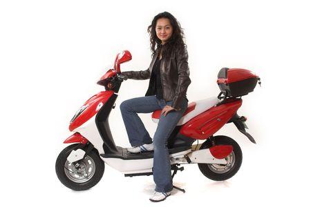 casco rojo: mujer a caballo scooter el�ctrico m�s de fondo blanco Foto de archivo