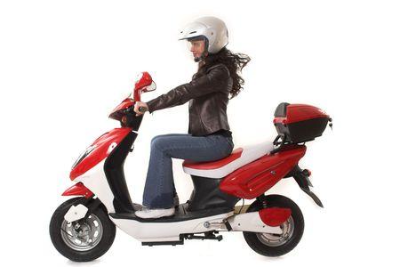 motorrad frau: Frau mit Helm reiten elektrische Motorroller �ber wei�em Hintergrund Lizenzfreie Bilder