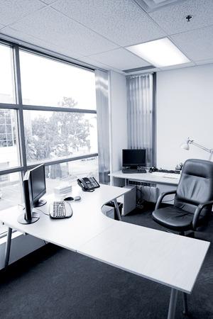 青色のトーンでオフィスの机の広角