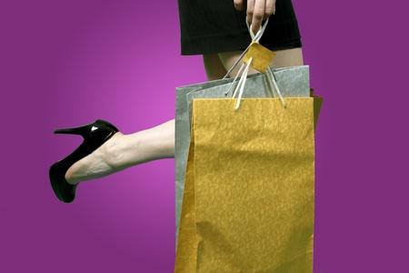 meisje met boodschappentassen over paarse achtergrond