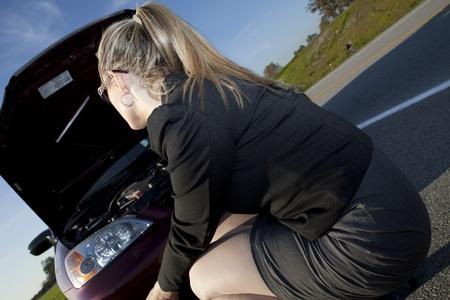 falda corta: chica que tiene problemas con el motor en el lado de la carretera