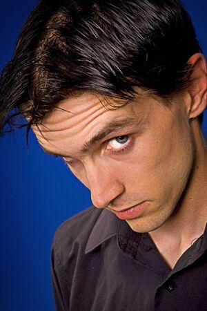 man close up: uomo vicino ritratto su sfondo blu