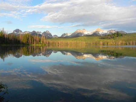 Little Roodbaars meer en de Sawtooth Mountains in Idaho