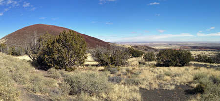 national forest: Doney cr�ter visto desde Coconino National Forest en Arizona Foto de archivo