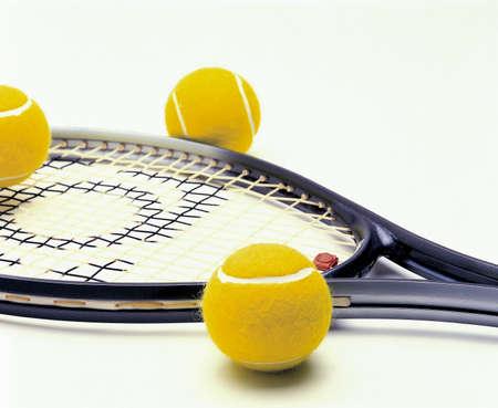 raqueta de tenis: Foto ilustra una raqueta y pelotas de tenis objetos pista de los deportes de equipo