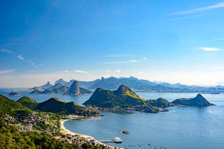 Ansicht von Rio de Janeiro, von Guanabara-Bucht, von Zuckerhut und von anderen montains vom Niteroi-Stadtpark