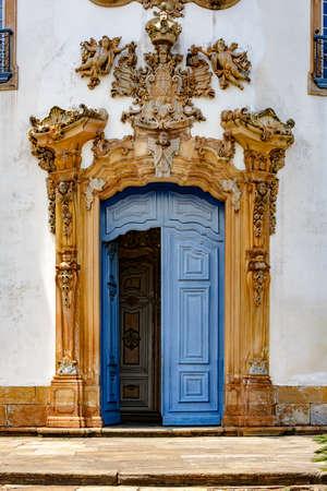Toegangspoort tot de oude en historische kerk van San Francisco de Assis in de stad Ouro Preto met zijn sculpturen en houtsnijwerk in de karakteristieke bossen van de lokale architectuur