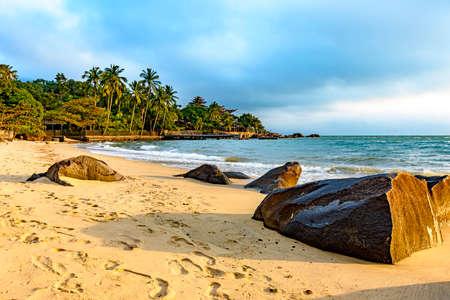 Ilhabela Island Beach uno de los principales puntos turísticos de la costa de Sao Paulo con su vegetación tropical natural y un paisaje paradisíaco Foto de archivo