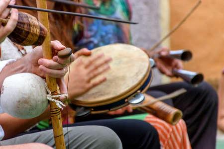 Brasilianisches Musikinstrument namens Berimbau und andere, die normalerweise während der Capoeira verwendet werden, die aus Afrika gebracht und von den Sklaven modifiziert wurden