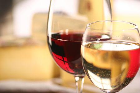 vinos y quesos: Queso y dos vasos de vino  Foto de archivo