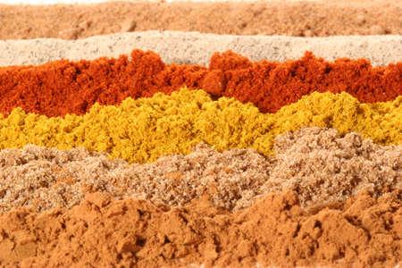 cilantro: De adelante hacia atr�s: la canela, cilantro, curry, piment�n, pimienta blanca, nuez moscada