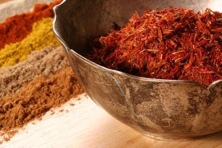cilantro: de adelante hacia atr�s: el azafr�n (bol), canela, cilantro, curry, piment�n, pimienta blanca
