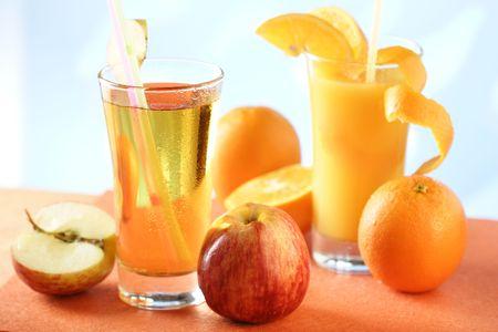 verre jus orange: Verre de jus de pomme et de jus d'orange  Banque d'images