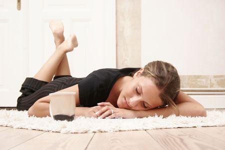 relaxes: Quince a�os de edad, es relajante sobre la alfombra
