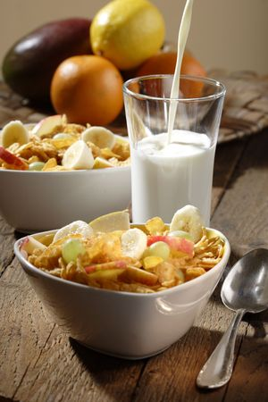 corn flakes: Corn flakes with slices of apples, grapes and bananas
