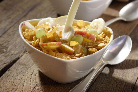 corn flakes: Corn flakes avec des tranches de pommes, les raisins et les bananes