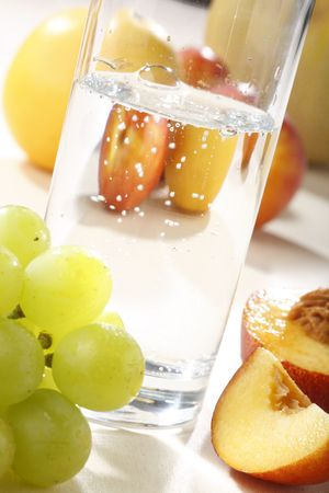 vitamines: Fresh fruits and water