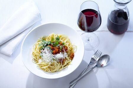pÅ'ytki z Spaghetti Bolognese i wina czerwonego Zdjęcie Seryjne
